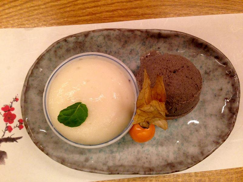 Dessert mit schwarzem Sesameis